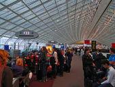 Passagiere, die auf ihre Flüge warten — Stockfoto