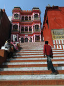 Hindu pilgrims climb the steps of a Shiva temple — Stock Photo