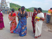 Hindu women prepare to enter the temple — Stock Photo