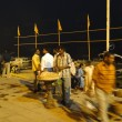 Foto Stock: Peoeple gather on ghats in cool evening