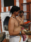 Brahmin priests of Shiva prepare sacred fire for ceremonies — Stock Photo