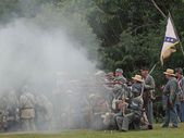 Confederate Civil War reenactors fire their weapons — Stock Photo