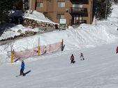 Maestro di sci Guide bambini giù per la montagna — Foto Stock
