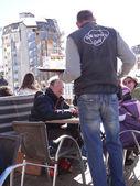 Waiter takes skiers orders — Stockfoto