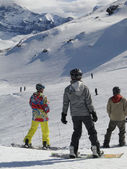 Kleurrijk geklede sneeuw boarder — Stockfoto