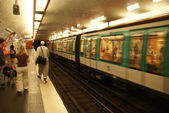 A Paris Metro train arrives in an underground station — Stockfoto