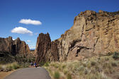 Hikers drop into the canyon of the Crooked River — ストック写真