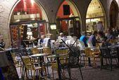 Comensales tarde relajarse en un restaurante al aire libre — Foto de Stock