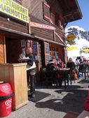 滑雪的人喜欢在室外吃午饭 — 图库照片