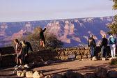 Touristen den blick über den südlichen rand — Stockfoto