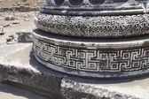 Bogato zdobione podstawy masywne kolumny — Zdjęcie stockowe
