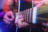 男音乐家与原声吉他 — 图库照片