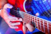 Muzyk mężczyzna z gitarą akustyczną — Zdjęcie stockowe