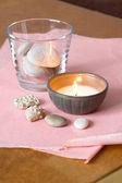 свеча и камни — Стоковое фото