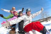 Vrienden op wintervakantie — Stockfoto