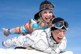 雪の中でカップル再生 — ストック写真
