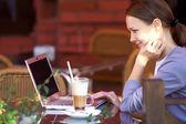 Porträt der erfolgreiche junge frau mit laptop im straßencafé — Stockfoto