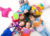 Kinderen aan het lezen bent — Stockfoto