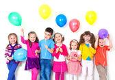 De gelukkige kinderen met ballonnen — Stockfoto