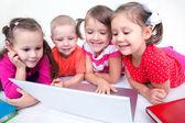 Niños con el ordenador portátil — Foto de Stock