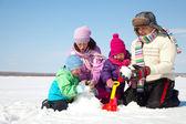 幸福的家庭制作雪人 — 图库照片