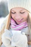 Portret van vrouw met warme dranken in de winter — Stockfoto