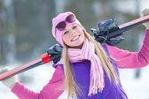 Kışın şirin sportif sarışın — Stok fotoğraf