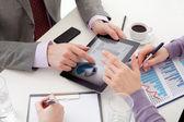 Close-up de negócios 'mãos com um painel eletrônico de cristal líquido — Foto Stock