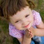 schattig klein meisje bidden — Stockfoto