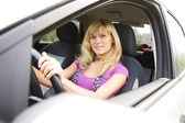 Mujer rubia en coche — Foto de Stock