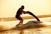 L'homme saute sur le jetski — Photo