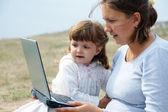 Mãe e filha e um laptop — Foto Stock