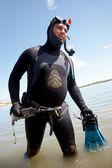 Cazador submarino en equipo completo fuera del agua con sonrisa — Foto de Stock