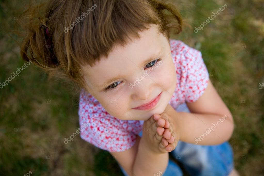 可爱的小女孩祈祷 — 图库照片