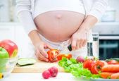 Zwangerschap en koken — Stockfoto