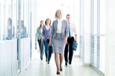 Businesspeople walking — Stockfoto