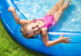 Lyckligt barn simning — Stockfoto