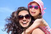 Dívka a její matka u moře — Stock fotografie
