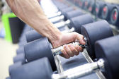 Krachttrainingmateriaal in gym — Stockfoto