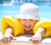 Child swimming — ストック写真