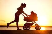 Anne ile bebek arabası — Stok fotoğraf
