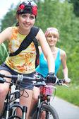 Due giovani ragazze in bicicletta — Foto Stock