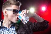 Jovem rapaz com álcool — Fotografia Stock