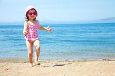 маленькая девочка у моря — Стоковое фото