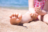 Child's foot is close to the beach — Stock Photo