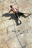 Grimpeur qui escalade une falaise en surplomb — Photo