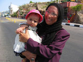 Arabian woman with  small child — Stockfoto