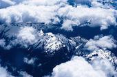 Blick auf die berge von oben durch die wolken — Stockfoto