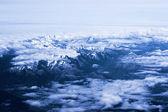 Blick auf die berge aus einem flugzeug-fenster. ansicht von oben — Stockfoto