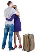 Pohled zezadu na cestování mladý pár s suitcas — Stock fotografie